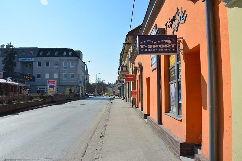 844d233b1 Exteriér predajne T-Šport, Predajňa T-Šport - pohlad s ulice